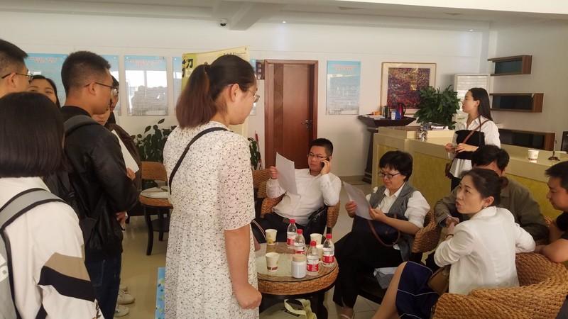 4 毕业生与招聘单位交流.jpg